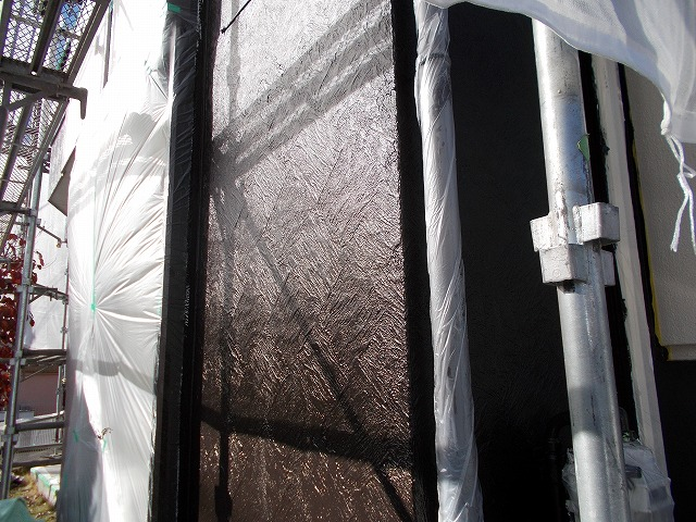 所沢市上安松の中塗りした壁が光る