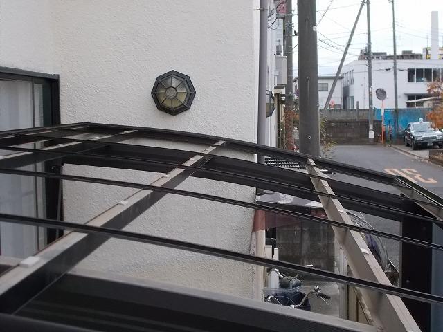 屋根が取り外されたカーポート