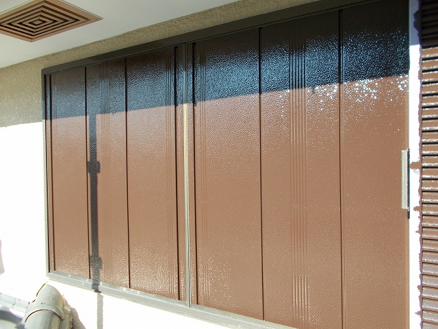 1階の雨戸の付帯塗装